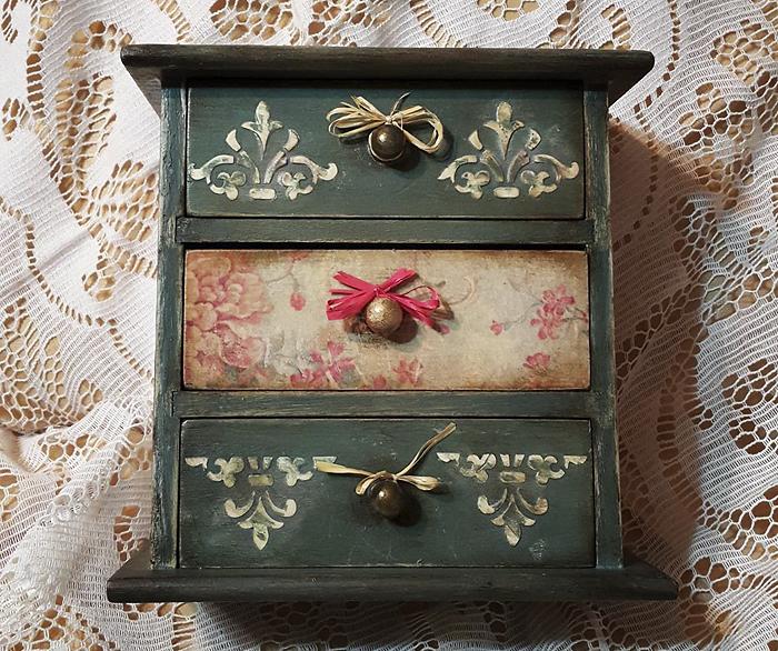 Дървено шкафче с чекмеджета